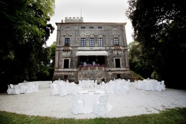 Symbolic wedding in Villa on the lake